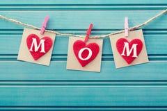 Het bericht van de moedersdag op gevoelde harten stock foto
