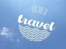 Het bericht van de reisuitnodiging in witte kleur over een bijna wolkenloze blauwe hemelachtergrond royalty-vrije stock foto