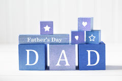 Het bericht van de vadersdag op blauwe houten blokken stock foto