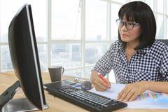Het bericht van het werkende vrouwenbriefpapier op het gebruik van de bureaulijst voor peop Royalty-vrije Stock Afbeelding
