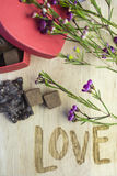 Het Bericht van Valentine ` s van Liefde met Bloemen en Suikergoed royalty-vrije stock foto's