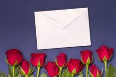 Het berichtachtergrond van de valentijnskaartendag, naadloze blauwe achtergrond met rode rozen, nota, de vrije ruimte van de exem stock foto's