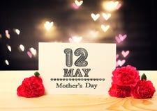 Het berichtkaart van de moedersdag met anjerbloemen royalty-vrije stock fotografie