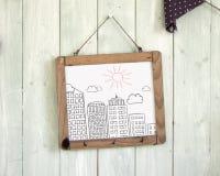 Het berichtraad van gebouwenkrabbels het hangen op retro groene houten wa Stock Foto's