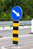 Het berichtteken verandert richting van beweging toe te schrijven aan de werken aangaande weg stock foto