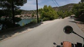 Het berijden ATV aan serpantinwegen van Poros-eiland stock video