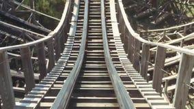Het berijden op achtbaan in pretpark extreem joyfulness De zonnige dag van de zomer snelheid Timelapse stock videobeelden