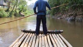 Het berijden op een bamboevlot in de wildernis stock videobeelden