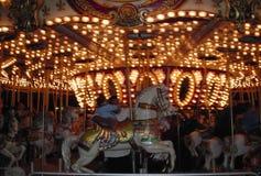 Het berijden van de carrousel stock foto's
