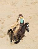 Het berijden van de cowboy bij volledige galop Stock Foto