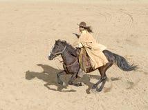 Het berijden van de cowboy bij volledige galop Royalty-vrije Stock Fotografie