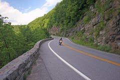 Het berijden van de motorfiets onderaan curvy weg. Royalty-vrije Stock Foto