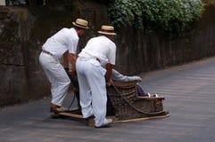 Het berijden van de slee in Funchal Stock Foto's