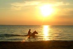 Het berijden van de zonsondergang Royalty-vrije Stock Foto