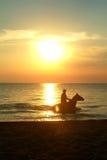 Het Berijden van de zonsondergang Stock Fotografie