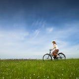 Het berijden van een fiets Stock Afbeeldingen