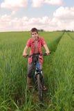 Het berijden van een fiets Stock Foto's