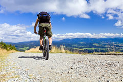 Het berijden van een fiets in bergen Stock Fotografie