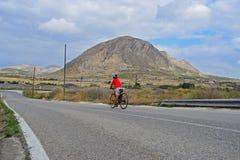 Het berijden van een fiets in de bergen royalty-vrije stock fotografie