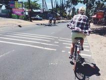 Het berijden van een fiets in Muine in Zuid-Vietnam Stock Foto's