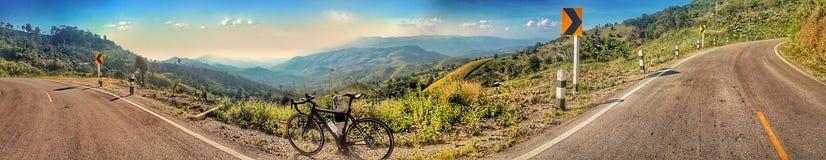 het berijden van een fiets op heuvel stock foto's