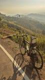 het berijden van een fiets op heuvel royalty-vrije stock fotografie