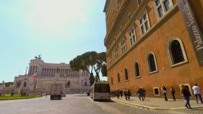 Het berijden van een fiets in het Vierkant van Venetië in Rome FDV POV stock footage