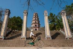 Het berijden van een fiets in Vietnam stock foto's