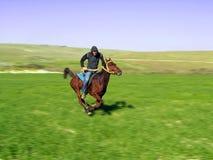 Het berijden van een paard Royalty-vrije Stock Fotografie