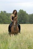Het berijden van een paard Royalty-vrije Stock Foto's