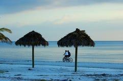 Het berijdende paar van de fiets op het Strand van Myers van het Fort Stock Foto