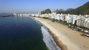 Het beroemde Copacabana-strand in Rio de Janeiro Brazilië Zuid-Amerika stock video