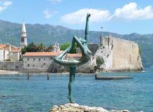 Het Beroemde Dansende Meisjesbeeldhouwwerk bij het Strand van Budva, Montenegro Royalty-vrije Stock Afbeelding
