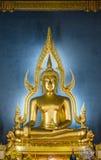 Het beroemde Gouden standbeeld van Boedha in Wat Benchamabophit in Bangkok Stock Foto