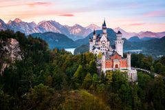 Het beroemde Neuschwanstein-kasteel tijdens zonsopgang royalty-vrije stock foto's