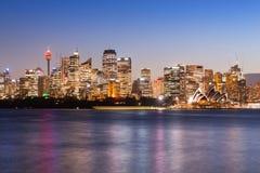 Het beroemde pictogram van Sydney ` s, Sydney Opera House en de Centrale Zaken Royalty-vrije Stock Foto