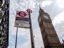 Het beroemdste oriëntatiepunt Big Ben van Londen met het unieke ondergrondse teken van Londen Stock Afbeeldingen