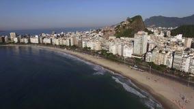 Het beroemdste strand in de wereld Het Strand van Copacabana De stad van het Rio de Janeiro brazilië stock video