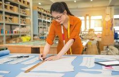 Het beroep van de vrouwenontwerper en baanberoep stock afbeelding