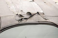 Het beschadigde dak pelde materiaal met barst op de sportcabriolet auto, omhoog sluit, selectieve nadruk royalty-vrije stock afbeeldingen