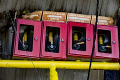 Het beschadigde materiaal van het de brandbeveiligingsysteem van de supermarktsproeier na brandstichtingsbrand met brandwond zwar royalty-vrije stock fotografie