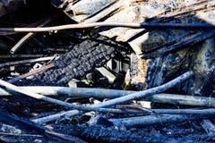 Het beschadigde materiaal van het de brandbeveiligingsysteem van de supermarktsproeier na brandstichtingsbrand met brandwond zwar stock fotografie