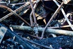 Het beschadigde materiaal van het de brandbeveiligingsysteem van de supermarktsproeier na brandstichtingsbrand met brandwond zwar royalty-vrije stock foto