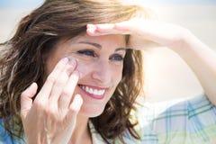 Het beschermen van huid tegen zon royalty-vrije stock afbeelding