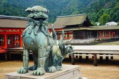 Het beschermen van leeuwstandbeeld in Itsukushima-Heiligdom, Miyajima Stock Foto