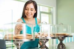 Het beslissen van wat om voor dessert te kopen Royalty-vrije Stock Foto's