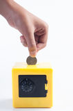 Het besparingsgeld, hand zet muntstuk in veilige bank Royalty-vrije Stock Fotografie