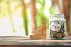 Het besparingsgeld met hand die muntstukken in van de kruikglas, zetten sparen en investering geld voor treft in de toekomst voor royalty-vrije stock foto