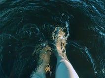 Het bespatte water van vrouwen voeten op een hete de zomerdag royalty-vrije stock afbeelding