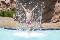 Het bespatten en het Spelen in het zwembad royalty-vrije stock foto